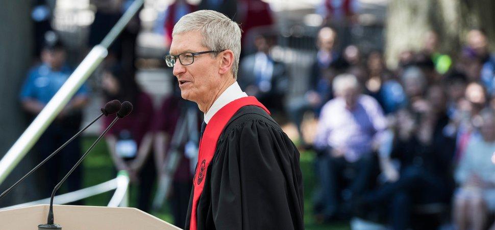 Tim Cook parla ai laureandi del MIT di Boston