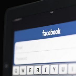 Usa Facebook mentre lavora: operaio licenziato