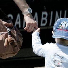 Cerca di rapire un bambino: la folla tenta di linciarlo