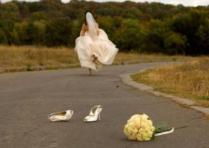 Sposo non si presenta all'altare: sposa delusa porta invitati al ristorante