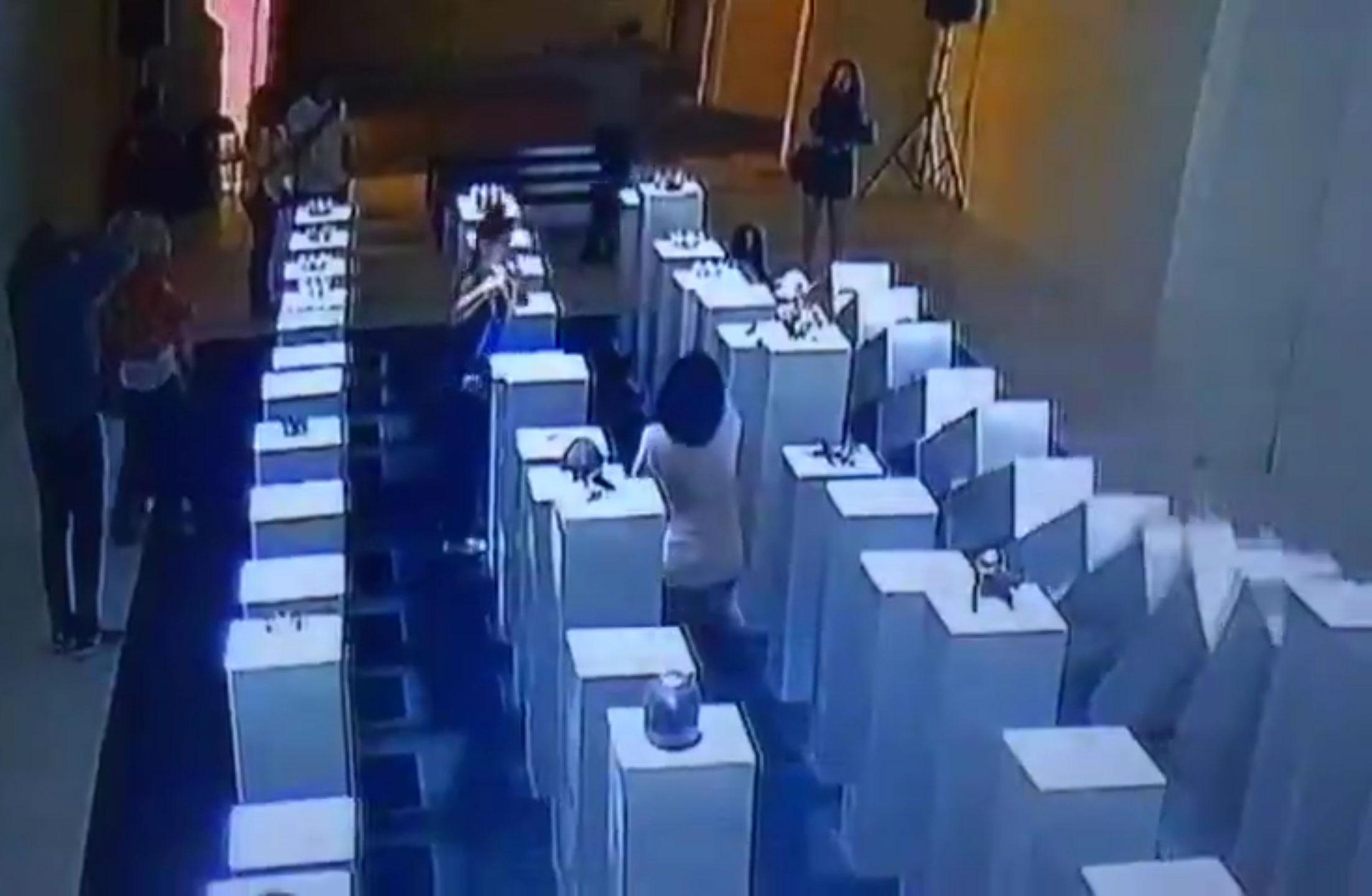Scatta selfie alla mostra e danneggia opera d'arte: danni per duecentomila dollari