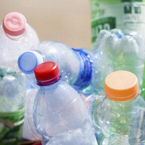 Bottiglie d'acqua di plastica non sono riutilizzabili una seconda volta