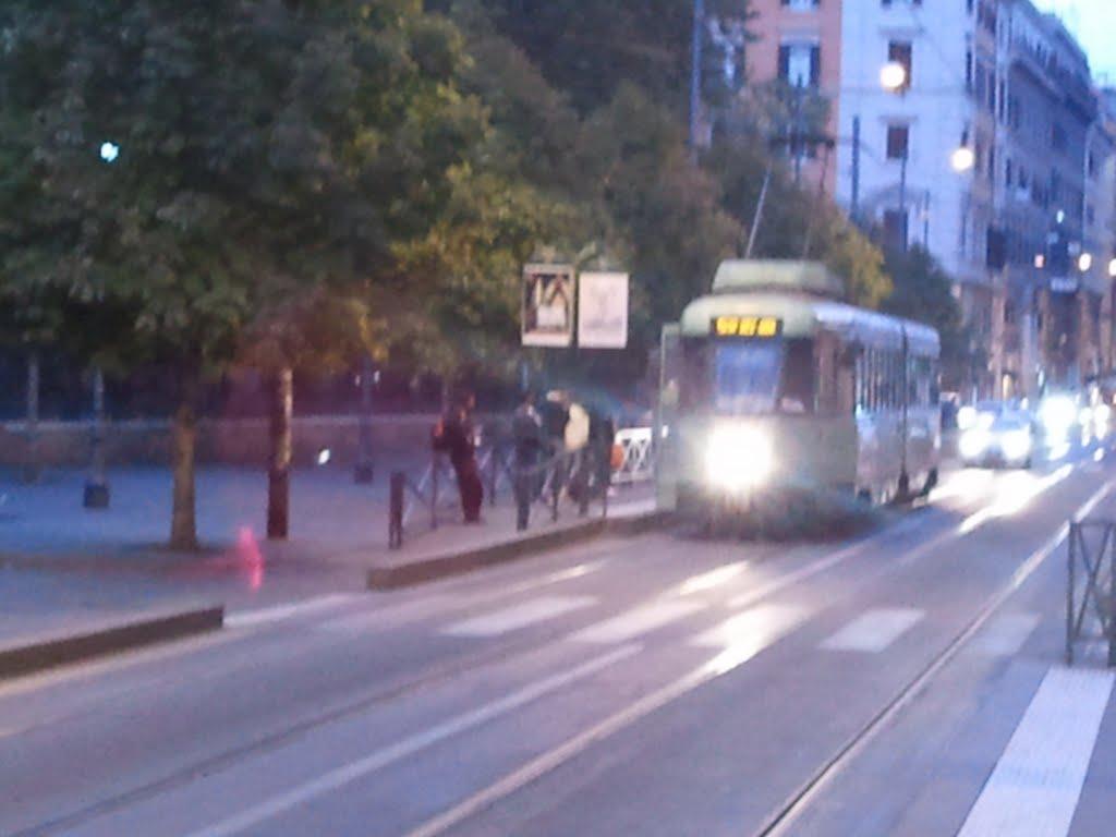 Roma, tram investe 17enne all'Esquilino