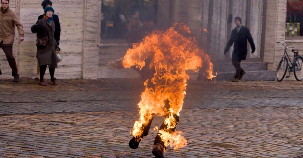 Vicino rumoroso: gli dà fuoco, 27enne grave