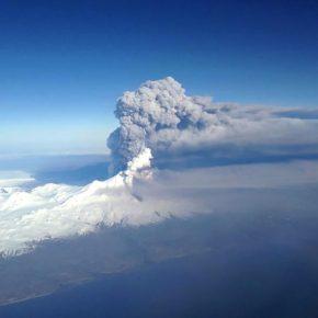 Vulcano Bogoslaf erutta, tanta cenere in aria