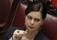 Poliziotto insulta migrante in bici e Laura Boldrini