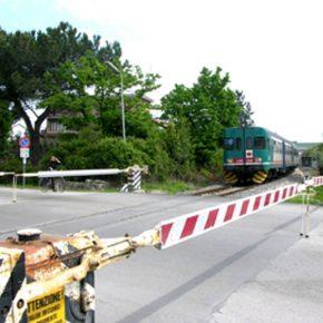 Auto travolta da un treno al passaggio a livello