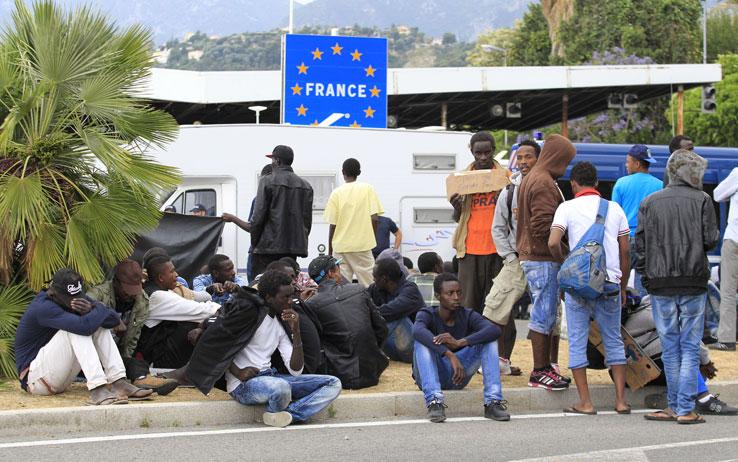 Ventimiglia, poliziotto esorta migrante a tornarsene in Burundi