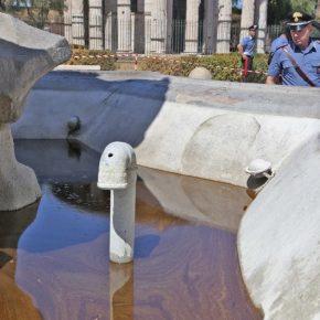 Olio per motore nella storica fontana romana
