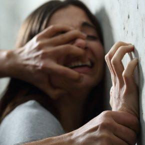 Bari, 15enne adescata con un gelato e poi stuprata dal branco