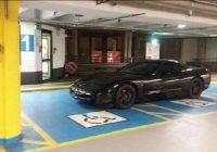 Chevrolet Corvette nei posti riservati ai disabili: ennesimo scempio made in Italy