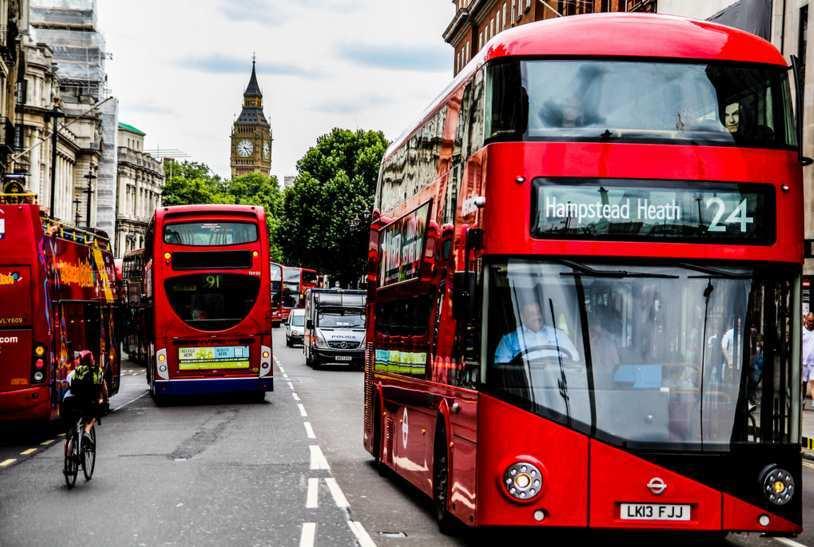 Londra, autobus distrugge la vetrina di un negozio