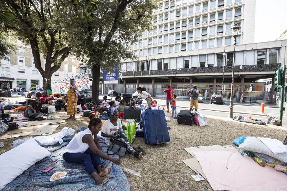 Roma, espulsione di migranti a Piazza Indipendenza: 800 persone per strada