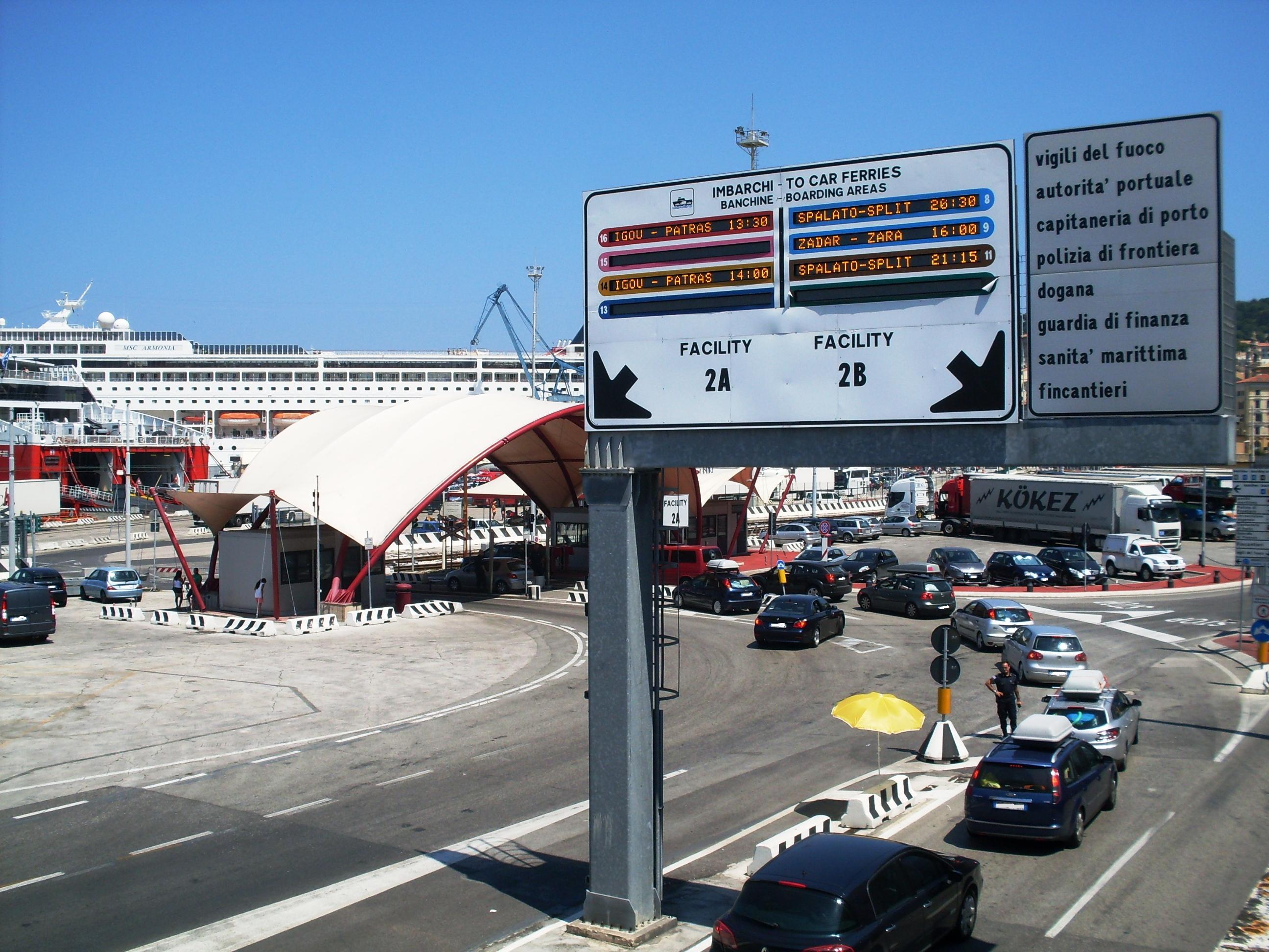 Ancona, bimba chiusa in valigia dal papà