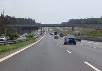 Cammina senza braccio e con milza devastata in autostrada