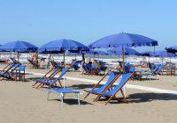Marina di Pietrasanta, auto guidata da ubriaco finisce sulla spiaggia