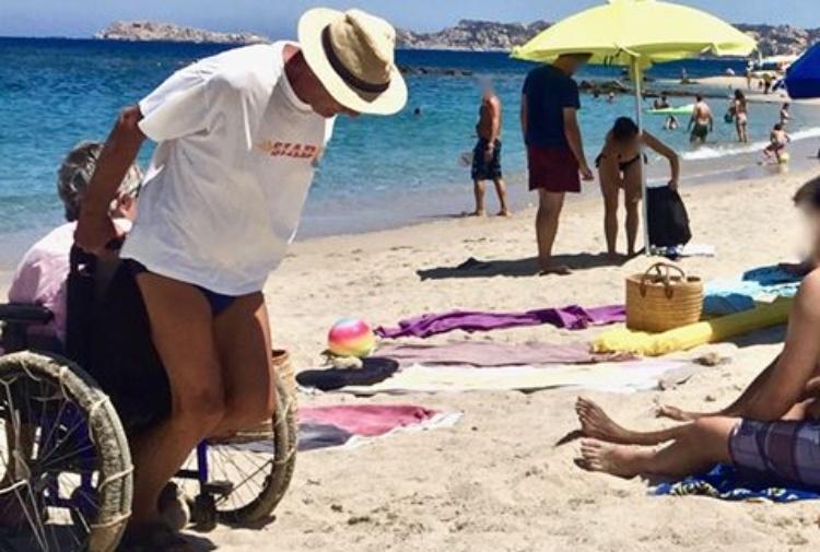 3 chilometri a piedi sulla sabbia cocente per rendere contenta la moglie disabile