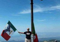 Bandiera fascista sul Sagro: prof nostalgico suscita polemiche