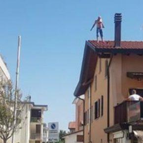 Jesolo, sale sul tetto e si lancia: algerino grave