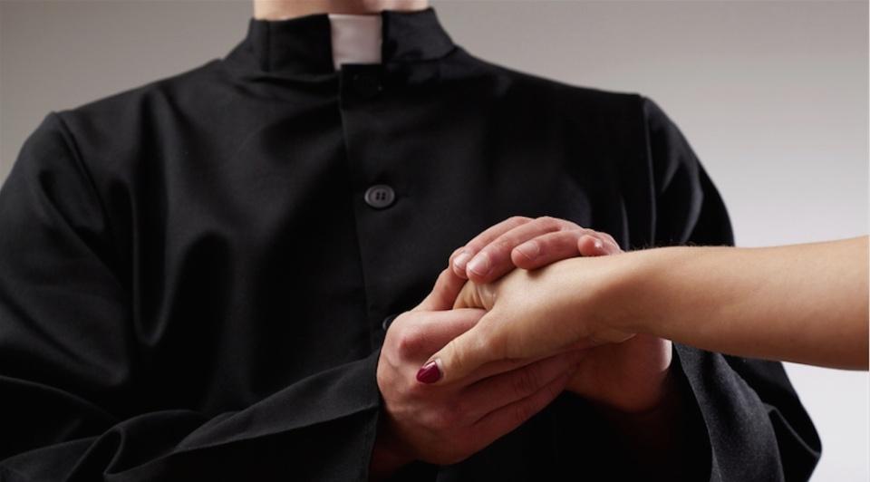 Tradisce marito con il parroco: uomo depresso risarcito