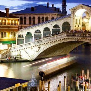 Venezia, rapporto 'intimo' al Rialto davanti ai turisti
