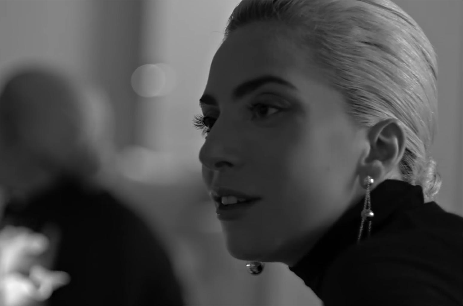 Lady Gaga sferzata dalla fibromialgia: niente concerto