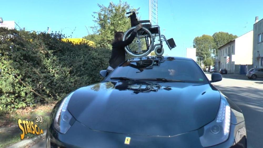 Torna Striscia la Notizia con servizio speciale sulla Ferrari blu