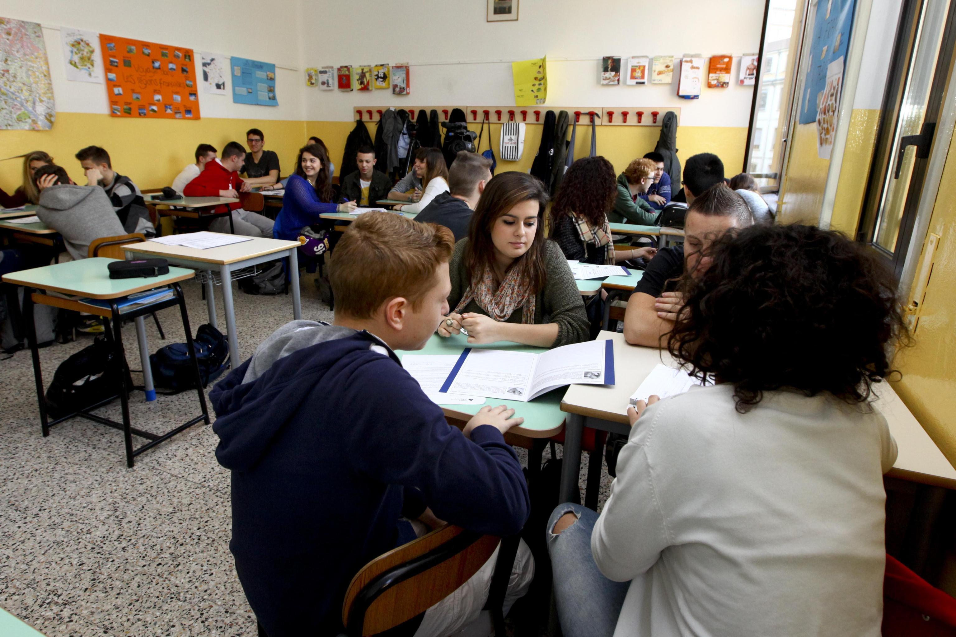 Varese, voto 9 per tutti: prof rinviata a giudizio per falso
