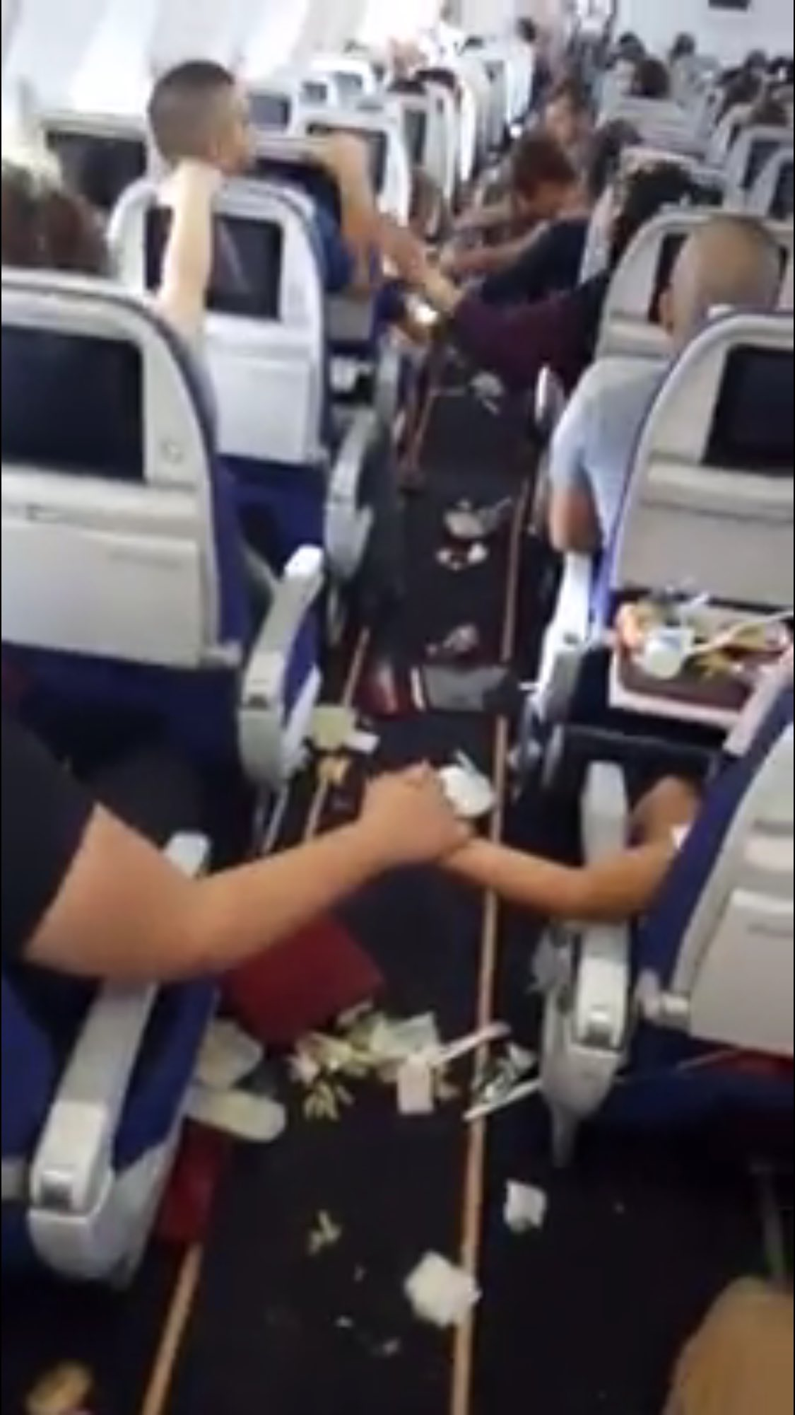 Turbolenza Paurosa sul Volo: Passeggeri si Stringono la Mano