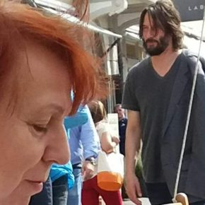 Keanu Reeves fa shopping a Cesenatico: in Italia per il GP di Misano