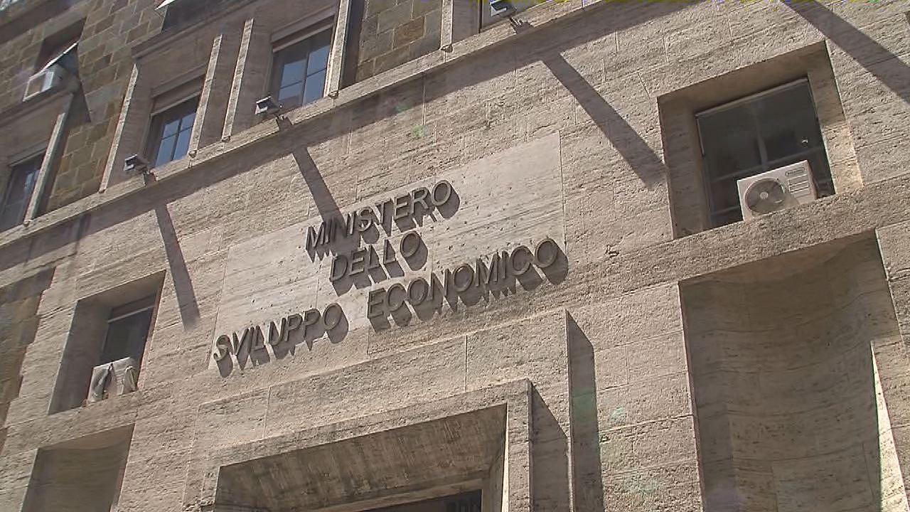 Roma, Presunto Suicidio al MISE: Funzionario Cade dal Quarto Piano