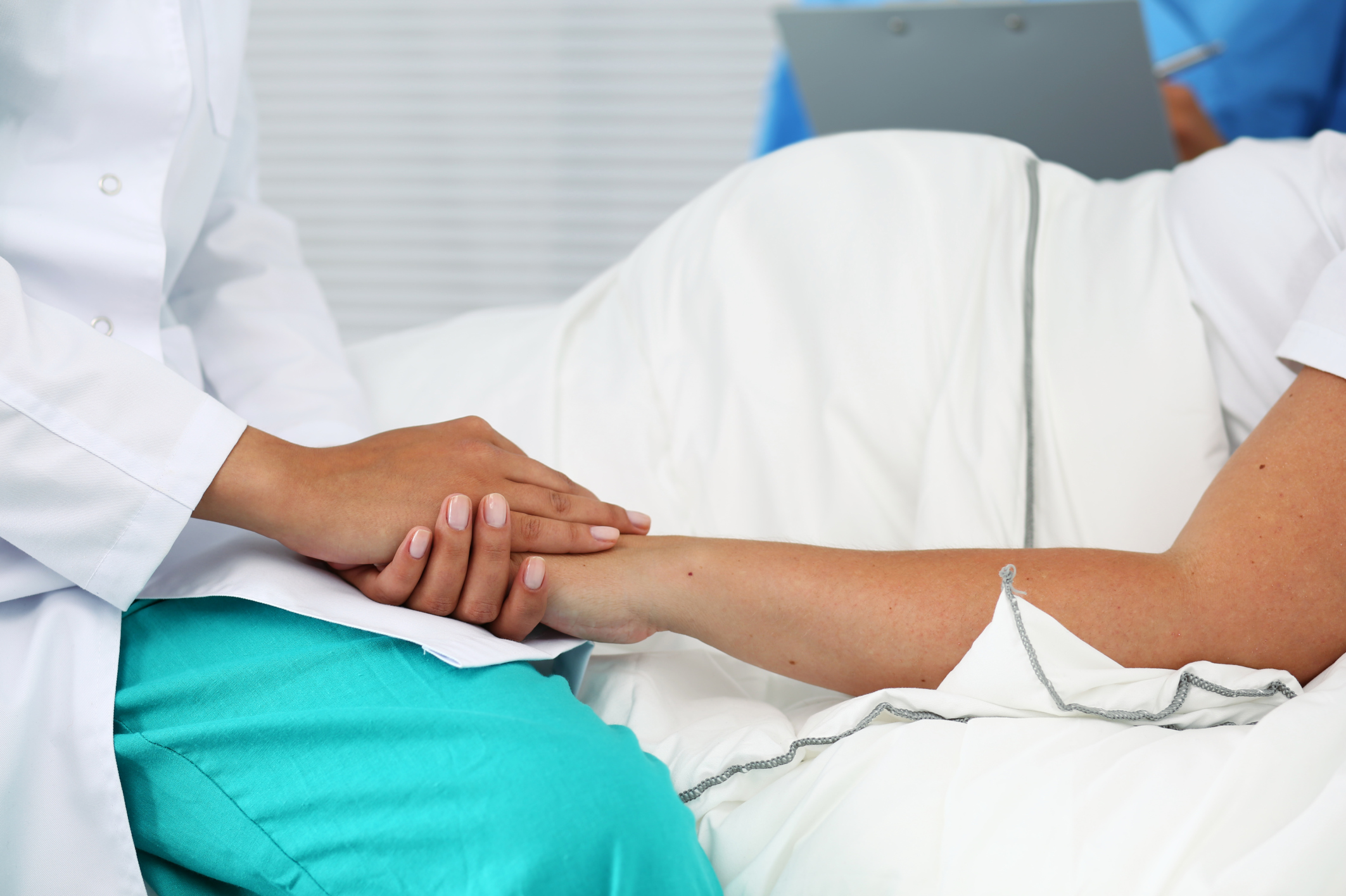 Sta per partorire ma rifiuta taglio cordone ombelicale: medici contattano Procura