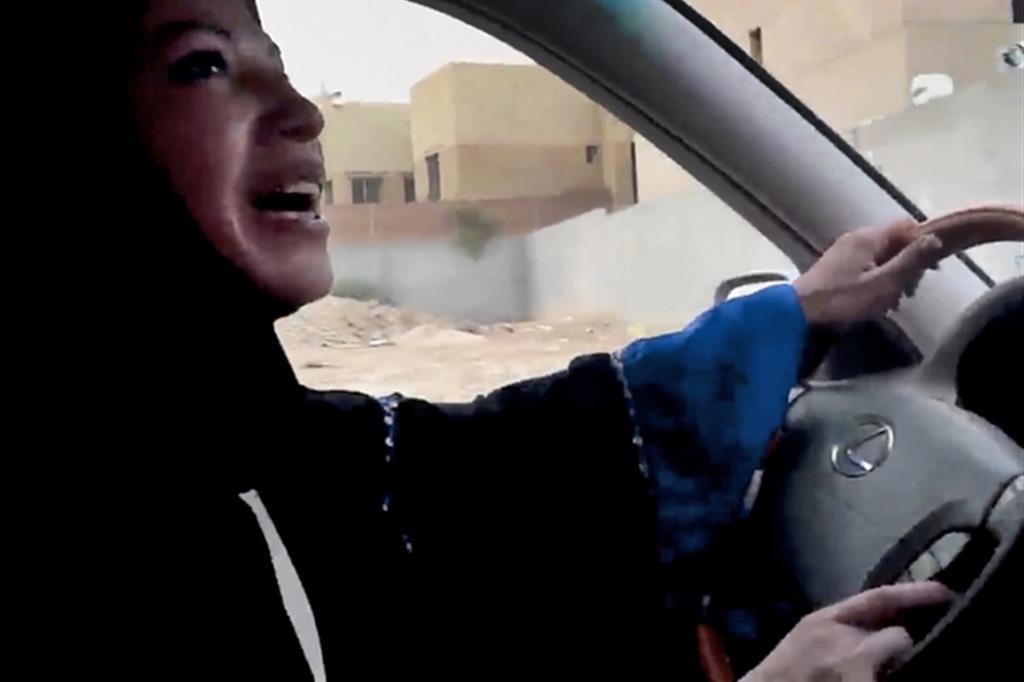 Arabia Saudita, decreto ammette donne alla guida: svolta importante