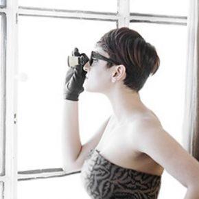 Arisa stupisce fan cantando sul balcone