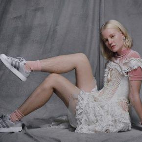 Adidas, polemiche per campagna pubblicitaria con modella non depilata