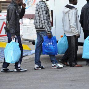 Offesa e minacciata per aver offerto villa ai migranti