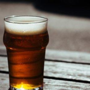 Bimba di 3 anni costretta e fumare e bere birra dai genitori