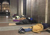 Vaticano caccia senzatetto da Piazza San Pietro. Solo di giorno però