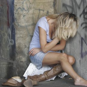 Milano, suona clacson ed evita stupro