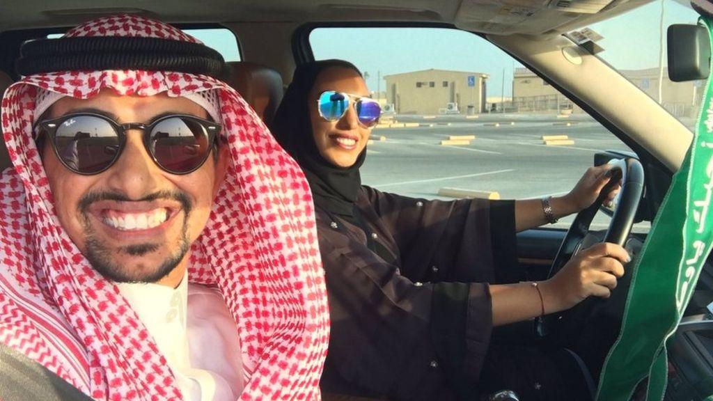Arabia Saudita, selfie delle polemiche: donna al volante