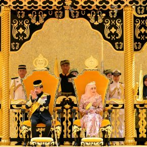 Sultano del Brunei sfila su carro d'oro per i 50 anni al potere