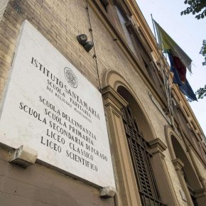 Shock alla scuola media di via Tasso: studente si lancia nel vuoto