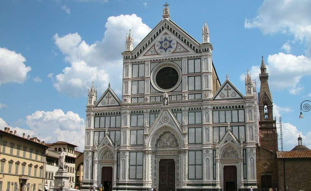 Pezzo di cornicione in testa: muore turista spagnolo nella Basilica di Santa Croce