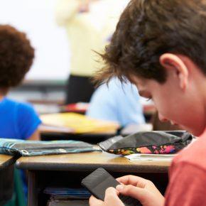 Cagliari, insegnante rimprovera alunno: picchiata