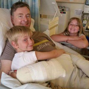 Amputazione degli arti per una sepsi: Chris ha sfiorato la morte