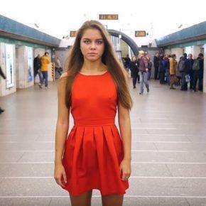 Anna Dovgalyuk si alza la gonna contro l'upskirting