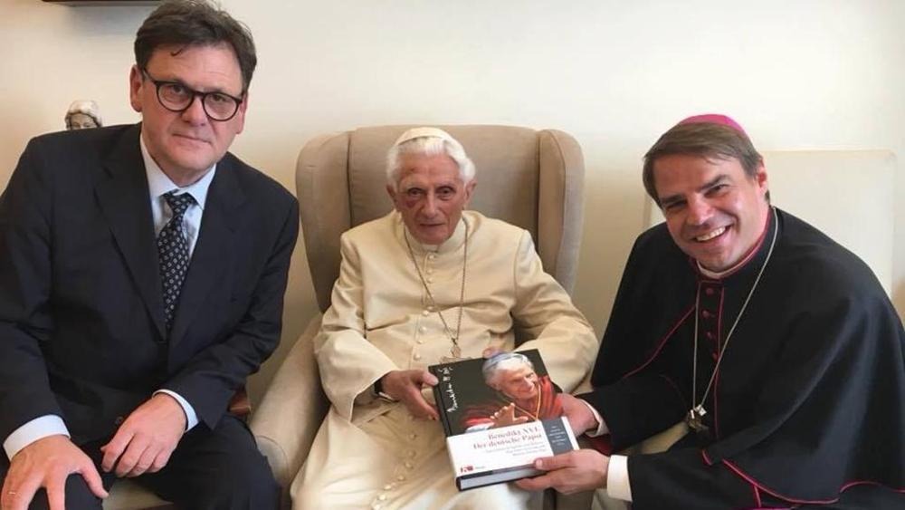 Papa emerito Ratzinger su Facebook con occhio nero