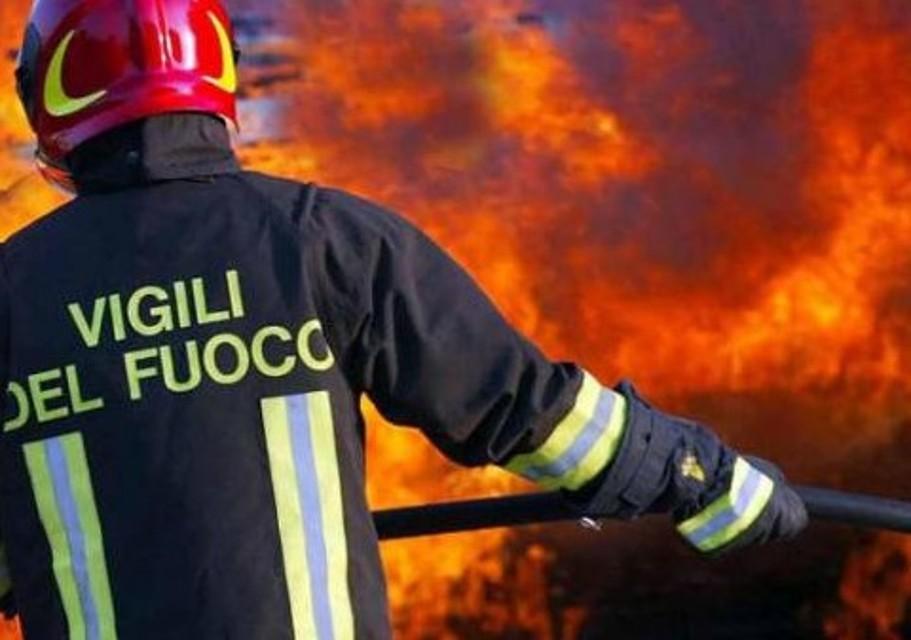 Napoli, incendio la intimorisce: donna si lancia nel vuoto