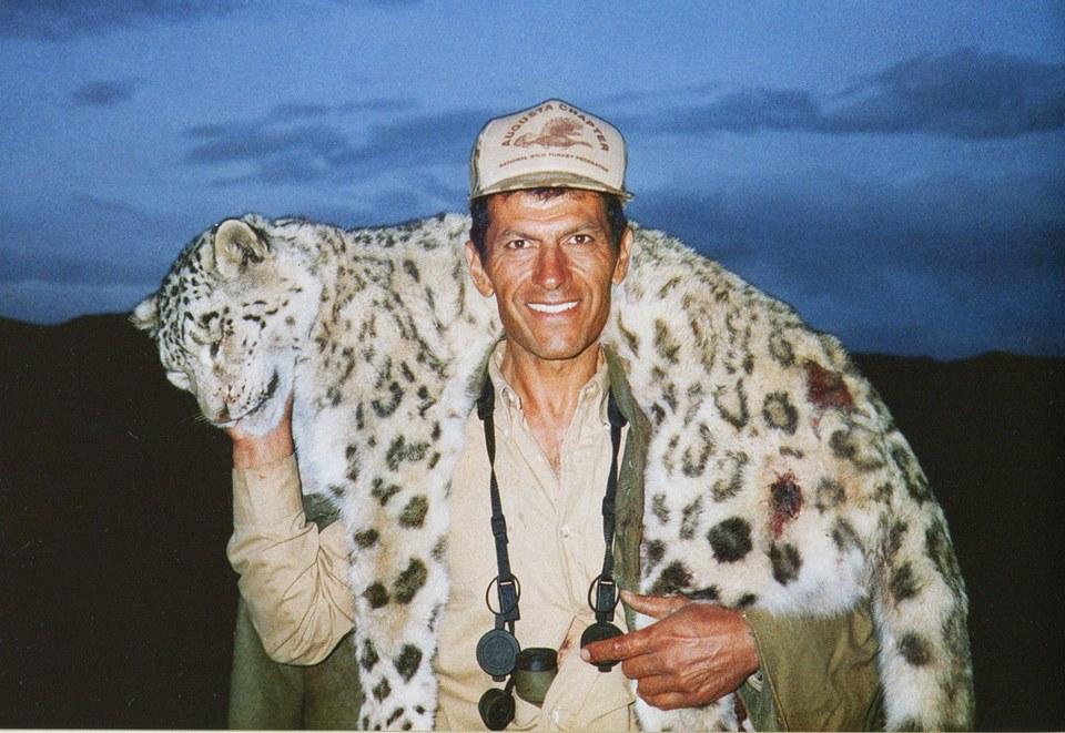 Uccide leopardo delle nevi e si scatta foto: animalisti lanciano petizione per processarlo