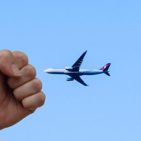 Marito la tradisce: lo picchia in aereo, atterraggio d'emergenza